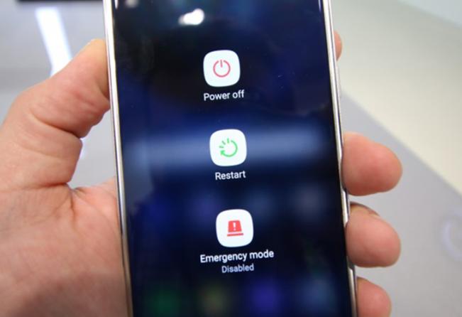 Khởi động lại điện thoại khắc phục lỗi cuộc gọi đến không hiện trên Android