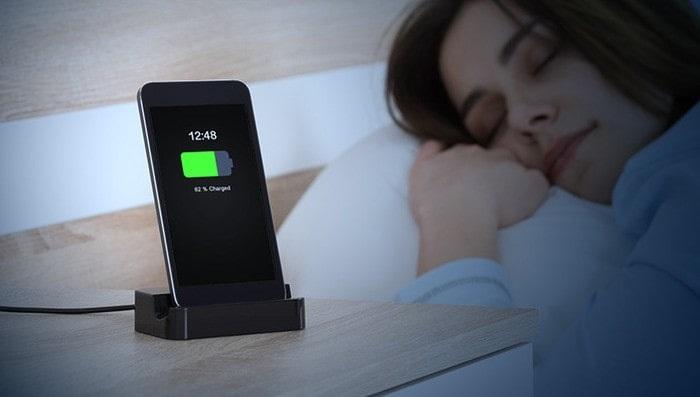 Không nên để điện thoại sạc pin qua đêm